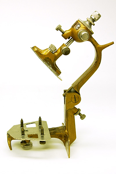 Side view of the Deluxe Balancer demonstrating the position of the single hinge joint